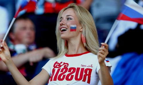 Девушка на футболе