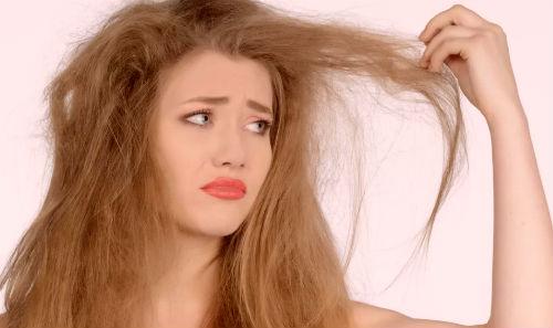 Девушка трогает волосы