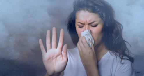 Девушка задыхается в табачном облаке