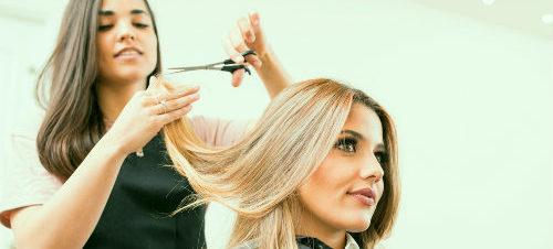 девушка к кресле у парикмахера