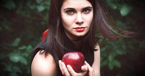 яблоко в руках девушки
