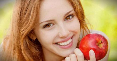 яблоко у девушки