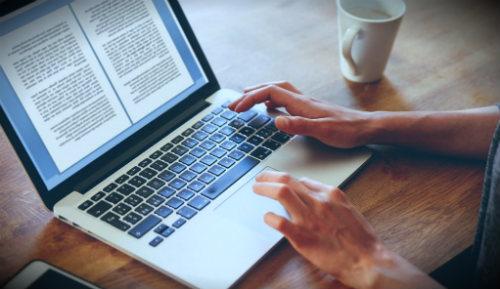 ноутбук с текстом