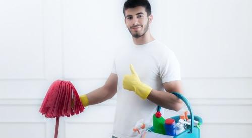 мужчина делает уборку