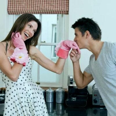 целует руку жены