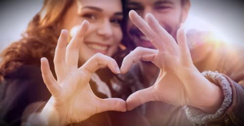 супруги делают сердечко