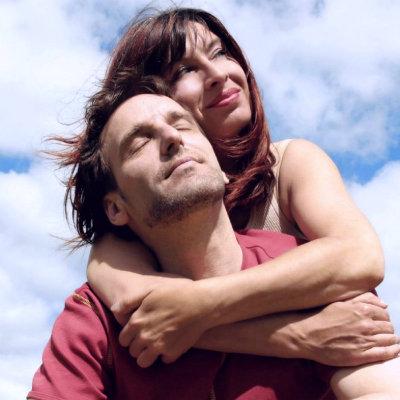 верные супруги на фоне неба