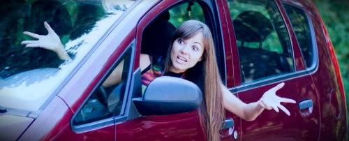 разводит руками сидя в машине