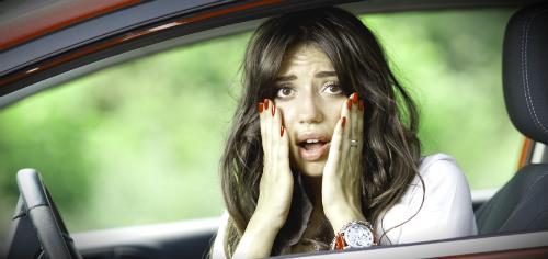 девушка паникует в машине