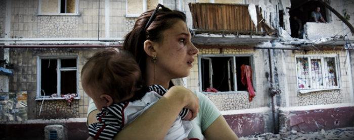 мирные жители и разрушенный дом