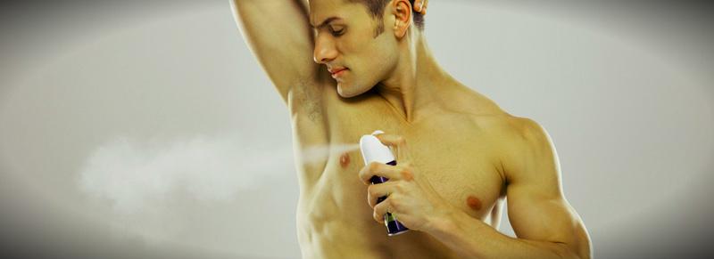 мужчина брызгается дезодорантом