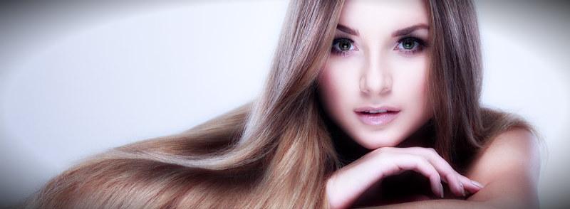 девушка с длинными и сильными волосами